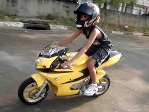 mini moto marco gabriel pilotando