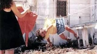 Една весела българска песен на Георги Христов -много  усмивки !!!Да си я пеят по-често жените :)!!!Georgi Hristov - Shtrakam si s prastiТекст Припев:Щракам си със пръсти (х3)пея си сега.Щракам си със пръсти (х2)щракам и танцувам -добре ми е така.От сутрин чак до вечер хиляди проблемичукат, без да питат, на моята врата.Вече не издържам, дявол да го вземе -защо ли все за всичко съм виновен аз.Няма да му мисля, а ще си живея,ще си щракам с пръсти - просто ей така.Припев:Някой все ме лъже, мисли, че му вярвам -може би наивен ви изглеждам, а?Писна ми от всичко, дявол да го вземе,питам се кога ли ще живея аз.Няма да му мисля, а ще си живея,ще си щракам с пръсти просто ей така.Припев: (х4)