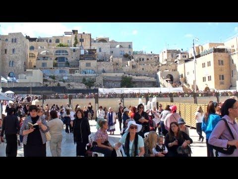 Ciudad Santa - http://tusdestinos.net Jerusalén es la ciudad santa para las tres religiones monoteístas: cristianismo, islamismo y judaísmo. En el vídeo podemos ver los pri...