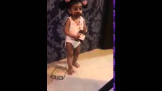 فيديو طريف لطفلة بذلت كامل جهدها لتقنع عائلتها أنها ليست من أكلت الشوكولاتة