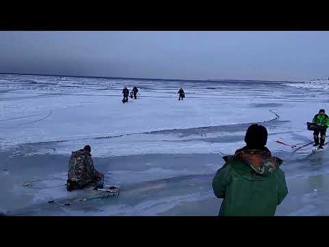 Pilkkijöillä tulee kiire kun laivan aalto alkaa rikkoa jäätä
