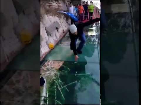 В Китае под ногами туристов треснул стеклянный мост – правда или изуверская шутка? (видео)