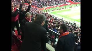 Duda cieszy się po meczu i przybija piątkę Kwaśniewskiemu.
