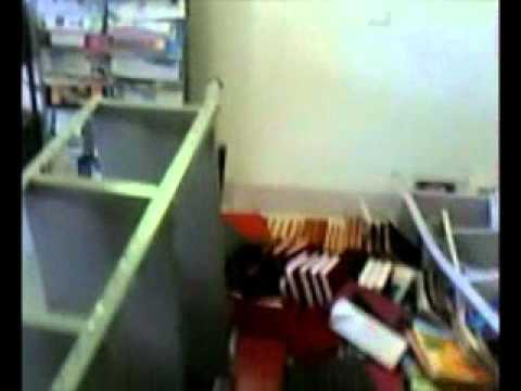 Prateleira cai sobre criança em biblioteca em Campinorte