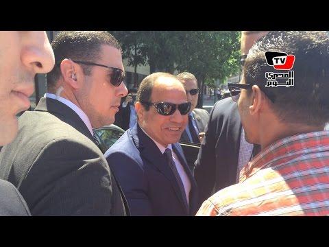 شاب مصري يصافح السيسي في المجر: بكيت لاهتمامه بمواطن بسيط