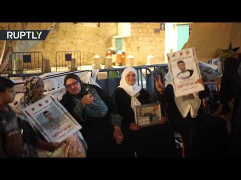 العرب اليوم - شاهد: أمهات الأسرى الفلسطينيين يحتفلن بسبب تعليق إضراب أبنائهن