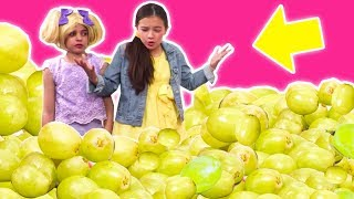 Video PRINCESS ESME & THE MAGIC FOOD MACHINE 🍏 Too Many Grapes! - Princesses In Real Life | Kiddyzuzaa MP3, 3GP, MP4, WEBM, AVI, FLV Juli 2018