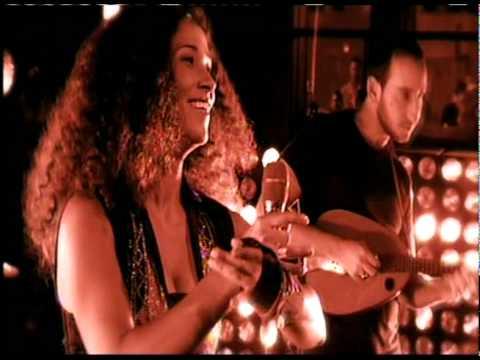 "Ghalia Benali feat. Tom Cohen (mandoline), interprétant la chanson tunisienne ""Lamouni li gharou minni"""
