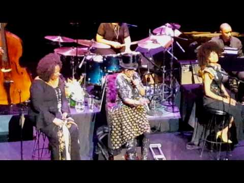 Dianne Reeves, Dee Dee Bridgewater & Esperanza Spalding - Live at Apollo Theater. (видео)