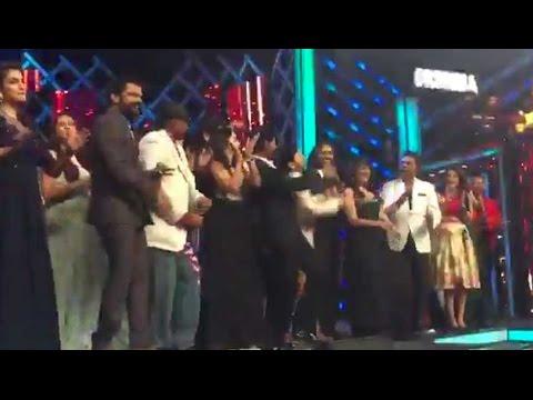 Shah Rukh Khan Performs LIVE On 'Jabra Fan'
