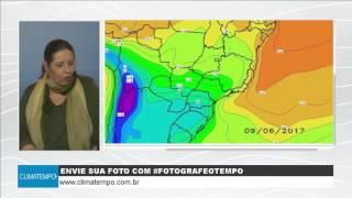A meteorologista Josélia Pegorim comenta sobre a chuva e o frio de uma grande e forte frente fria que avança sobre o Brasil a partir de 8 de junho. Sua massa...