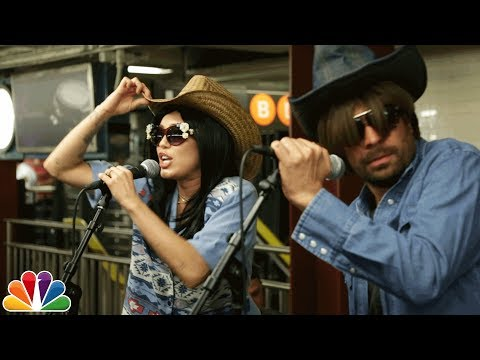 Miley Cyrus Busks in NYC Subway in Disguise (видео)