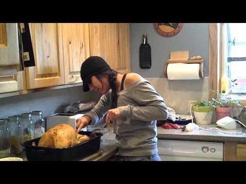 她無預警地從火雞內取出小火雞後,腦筋一時轉不過來「以為火雞懷孕」就哭到讓家人都笑噴!