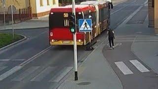 צפו:נערה נדחפה מתחת לגלגלי אוטובוס