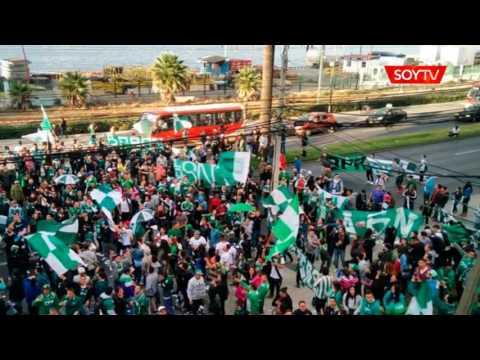Cientos de hinchas realizan un banderazo en el hotel de concentración de Wanderers: está… - Los Panzers - Santiago Wanderers
