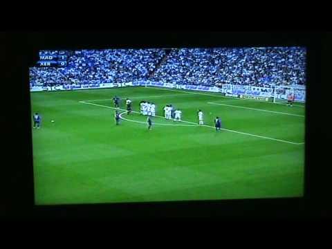 Tiro libre de Viqueira ante el Real Madrid