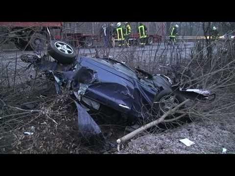 Auto zerissen,20-jähriger Mann stirbt