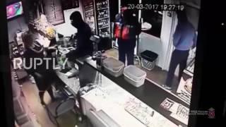 اثنان يرتادان متجرا بـ #روسيا ينجحان في طرد لص فاجأ البائعة بمسدس بغرض السرقة