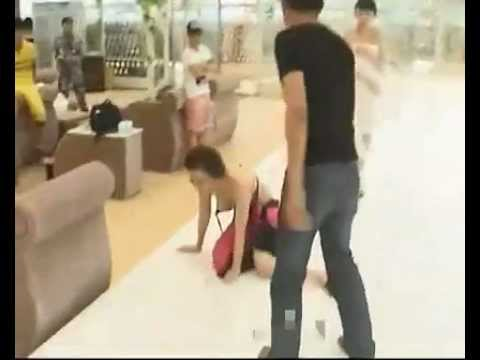 比基尼女錄影,當場被男友暴打扒扯胸罩