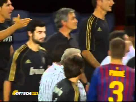 Mourinho brutal! Tugs ear of Barcelona assistant Tito Vilanova! BY HIJO DE LAS NUBES (видео)