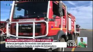 """Os bombeiros portugueses, destacados para ajudar no combate a um grande incêndio em Espanha, foram aplaudidos à chegada. A coluna que partiu de Portugal com cem homens e mais de 30 viaturas foi recebida com """"vivas"""" na região espanhola da Extremadura. O reforço português saiu de Castelo Branco, o distrito que faz fronteira com a zona do incêndio"""