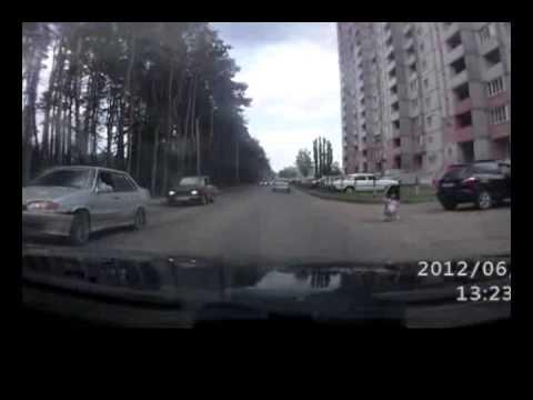 Ребенок выпал из машины на ходу