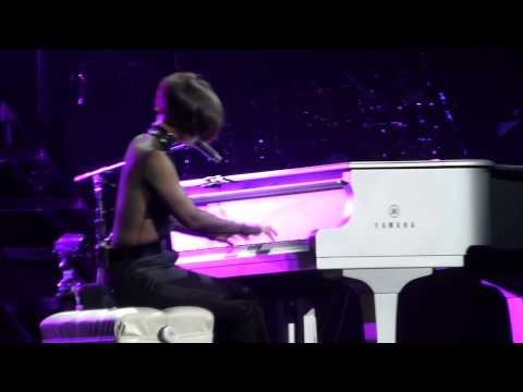 Alicia Keys - Try Sleeping With A Broken Heart - Fallin' - LIVE PARIS 2013