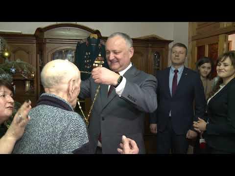 """Șeful statului a conferit """"Ordinul Republicii"""" unui veteran care a împlinit 100 de ani"""