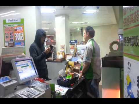 在便利店的收銀員面前表演銀包著火,淡定哥竟然若無其事!