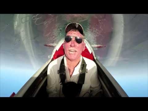 Piloto faz o desafio do balde de gelo dentro de avião