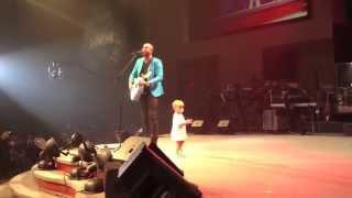 Ten maluch wyszedł na scenę, żeby przytulić tatę, jednak to co zrobił podbiło serca publiczności.