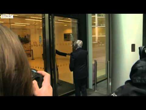 Bernie Ecclestone FAIL przy drzwiach obrotowych...