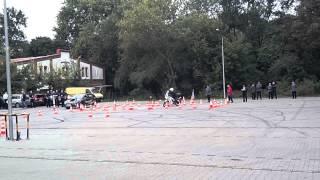 To się nazywa amatorka! Żenujący popis policjanta drogówki na konkursie motocyklowym
