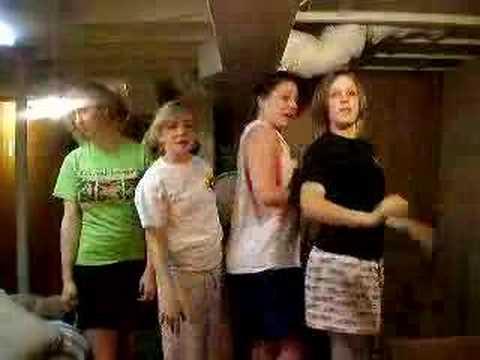 4 chicas en un cuarto de hotel