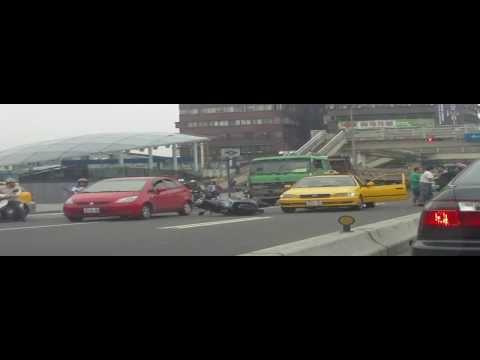 行車紀錄器拍到車禍騎士竟然猛打計程車司機!真誇張!