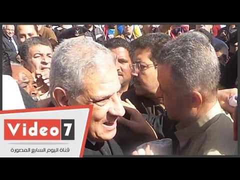 """مصرى يحتضن محلب ويقوله: """"أنا صعبان عليا مصر"""""""