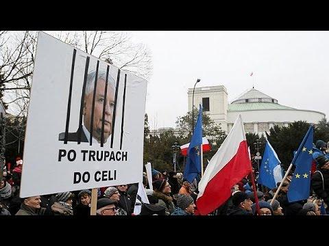 Κομισιόν: Περιθώριο 2 μηνών στην Πολωνία να περιφρουρήσει το κράτος δικαίου