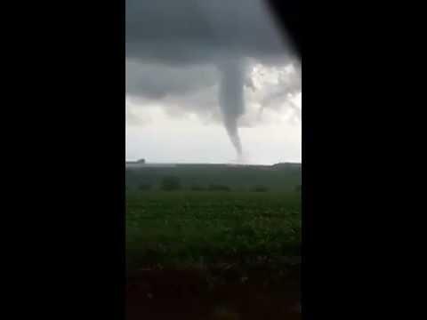 Tornado descendo funil atingindo  Marechal Cândido Rondon, PR 19/11/2015 video 4