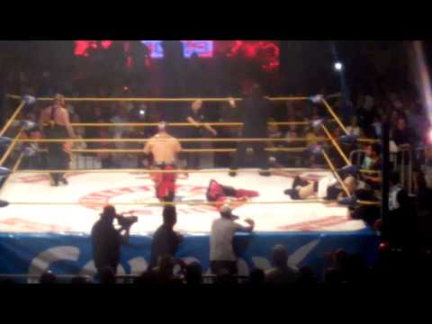摔角選手被對手一個飛踢踢重脖子撞上旁邊的護爛,之後就再也爬不起