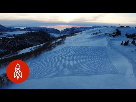 他在雪地上「來回亂踩40000步」後,空拍機拍攝下的畫面讓大家都無法想像那真的是他的作品…