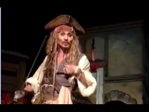 Johnny Depp surprises Disneyland guests as Jack Sparrow in Pirates of the Caribbean ride (видео)
