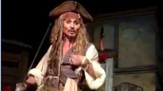 うれしいどっきり!ディズニーランドの「カリブの海賊」でジャックスパロウに扮したジョニー・デップがいきなり登場!