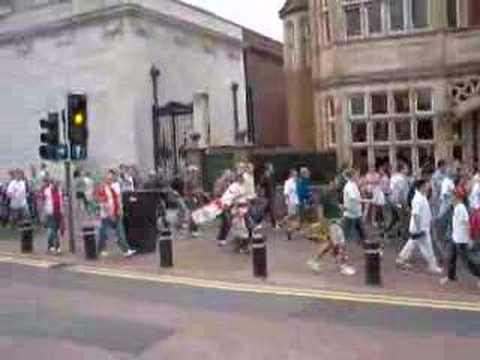Fans del Hull City rumbo al estadio KC