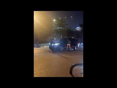 Chồng cặp bồ đi bay bị vợ bắt quả tang lái xe bỏ chạy bất chấp nguy hiểm khi vợ đang đu cửa xe