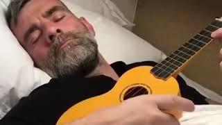 Stefan Karl Stefanson (Robbie Rotten) singing