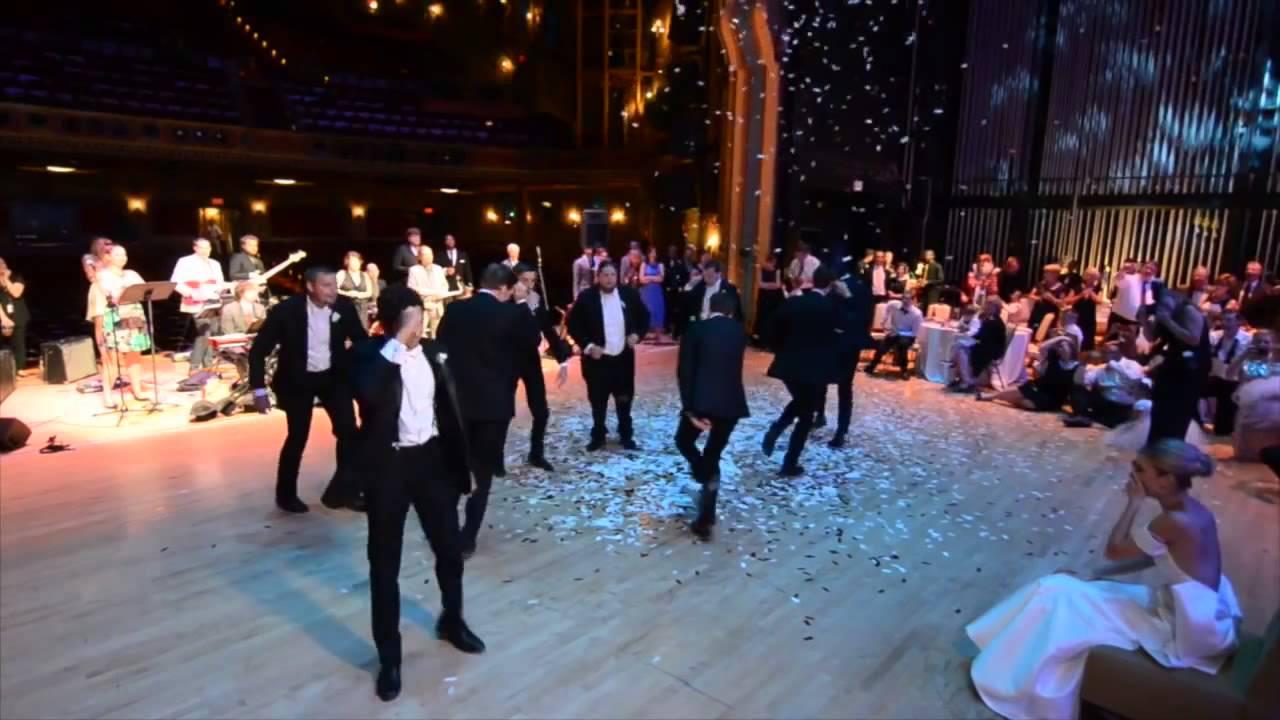 Noivo Dançarino e padrinhos dão um show de dança para a noiva