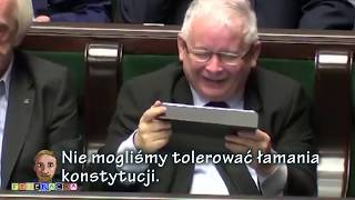 Prezes Kaczyński ogląda swoje wystąpienie o konstytucji.