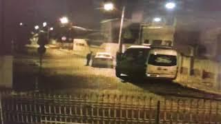 Durante fuga, carro de ladrões de banco quebra e bandidos descem para empurrar