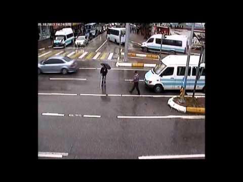 Duyarlı sürücüden örnek davranış: Aracından inip görme engelli yayayı karşıya geçirdi
