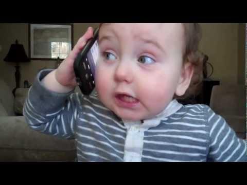 Una bimba alle prese con una telefonata
